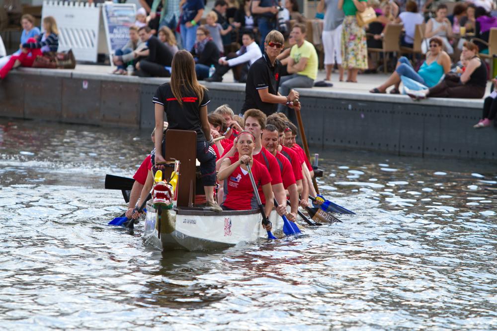 Einschwimmen zum Drachenbootrennen.
